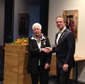 Decorandus mevrouw Paula Kengen-Debije en Burgemeester Wil Houben